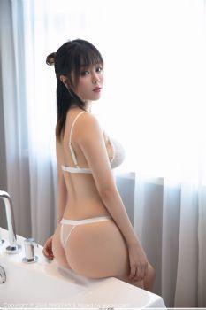 性感女神王雨纯  白与黑变换服饰图片